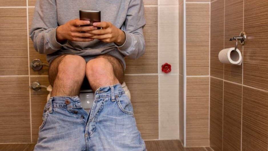 Estes São Os Perigos De Usar o Celular No Banheiro, CUIDADO!