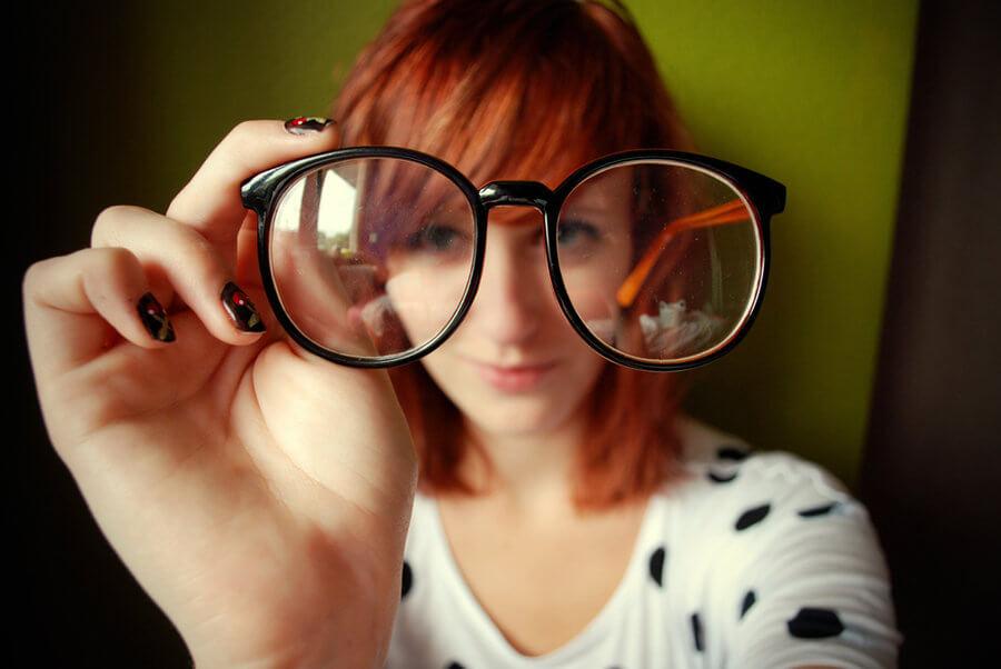 Aprenda Esse Método Fácil Para Limpar Os Óculos – Você Não Vai Querer Limpar De Outra Maneira!